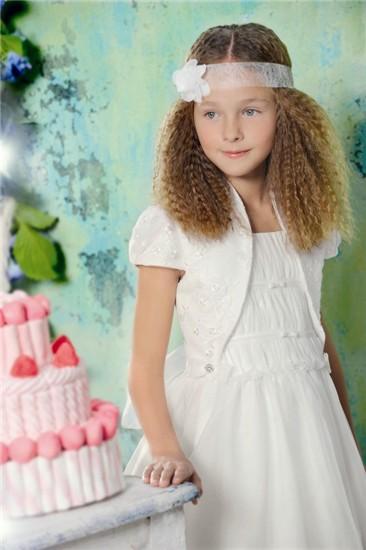 Los peinados de comunión para niñas que están de moda en 2012 son peinados largos, para pelo ondulado o pelo liso, con trenzas o semirecogidos.
