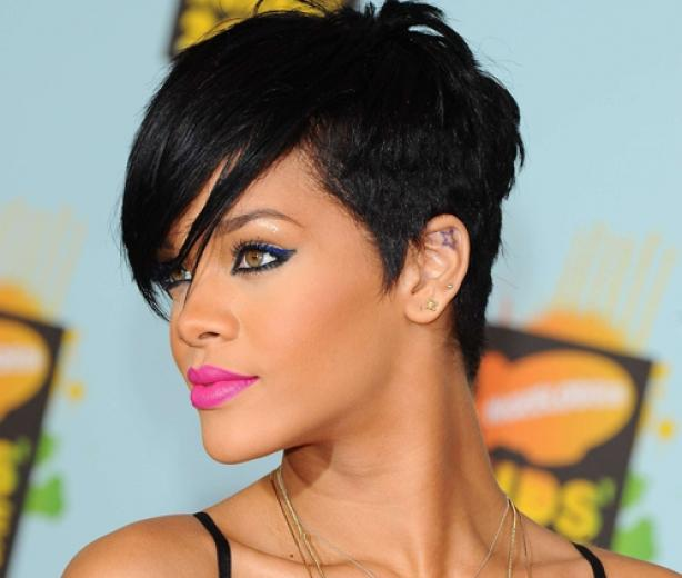 Rihanna  Corte De Pelo Afeitado Por Un Lado