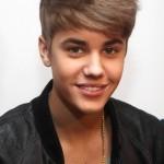 Justin Bieber peinado con flequillo hacía un lado