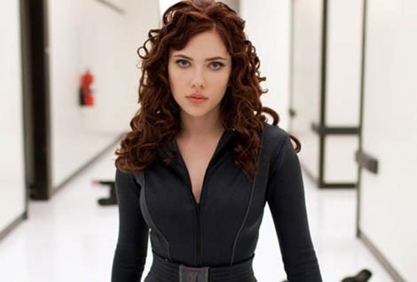 Scarlett-Johansson-look-rizado-melena-color-caoba