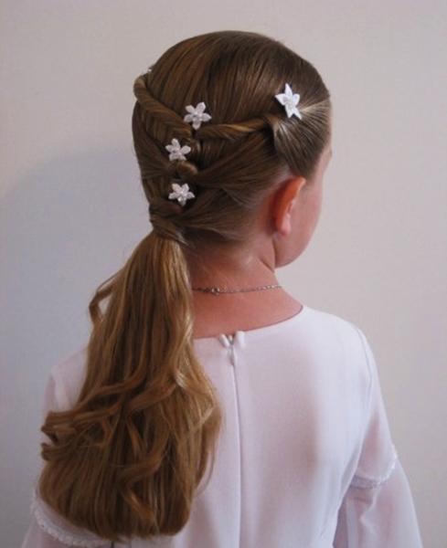 Peinado para niña con raya en medio recogido con tiras torcidas