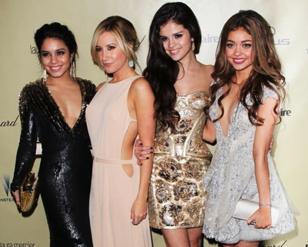 selena-gomez-look-after-party-gloGlobos-de-oro-2013-posando-con-sus-amigas-vanessa-hudgens-ashley-tisdale-y-sarah-hyland