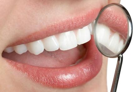 Remedios naturales para dientes y encías saludables